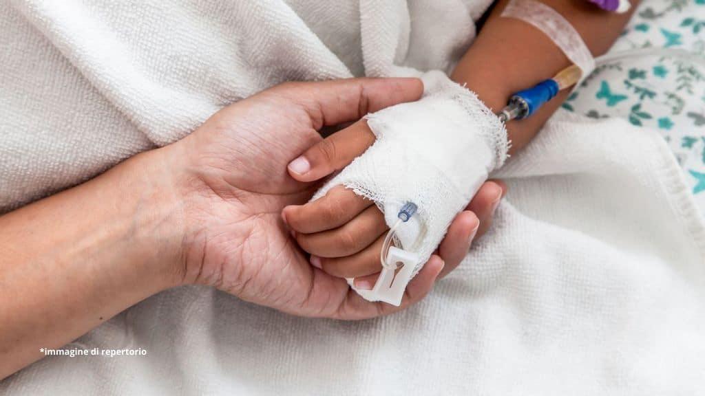 mano di un bambino in ospedale