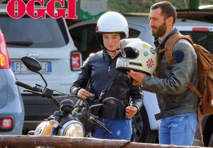 bebe vio con il casco prima di salire in moto