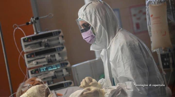 Medico cura paziente Covid-19 in un ospedale