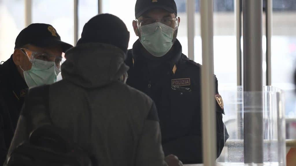 controlli della polizia a roma termini per il coronavirus