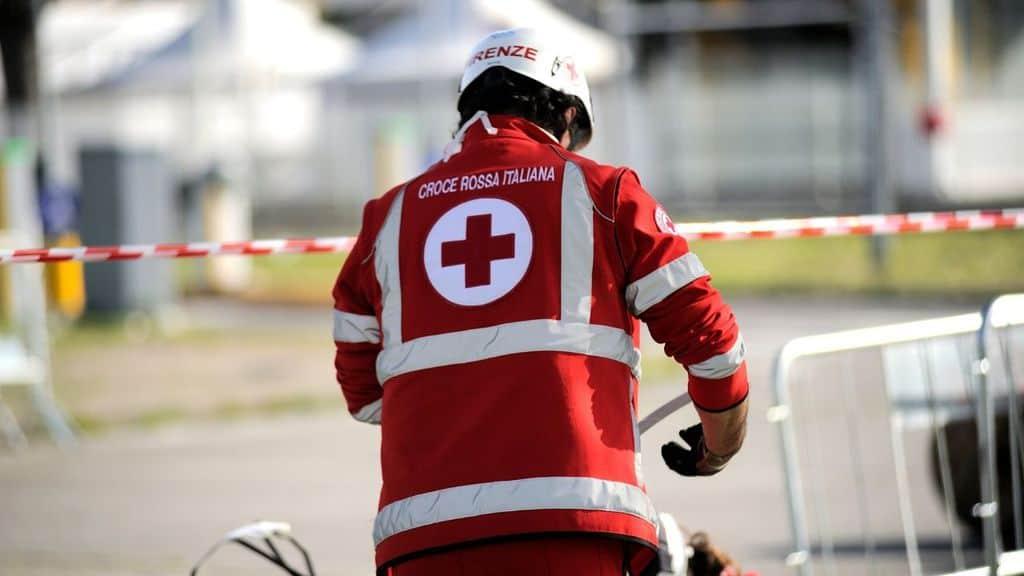 uomo croce rossa