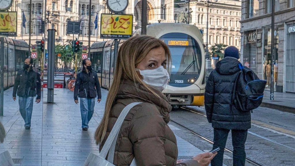 donna con mascherina aspetta il tram
