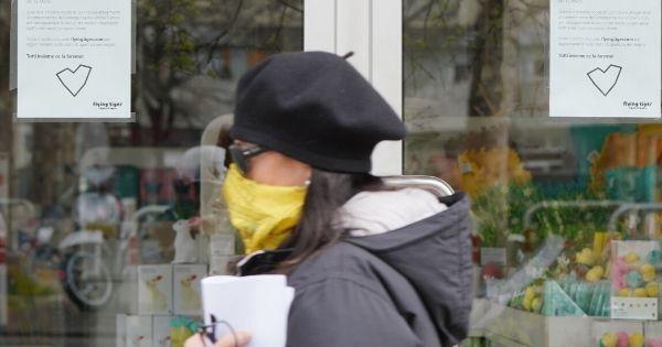 persona con la mascherina in strada