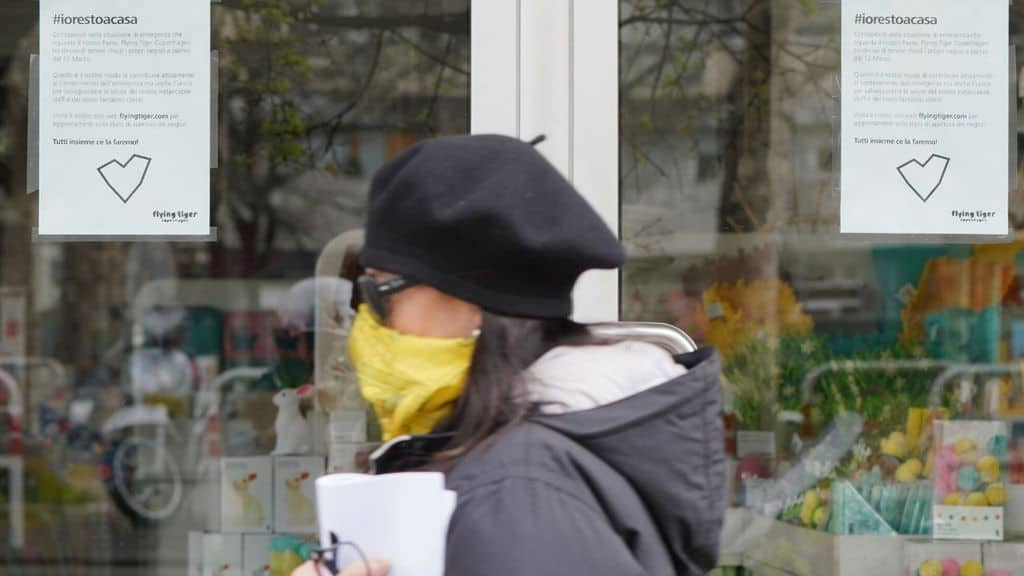 donna con la mascherina cammina