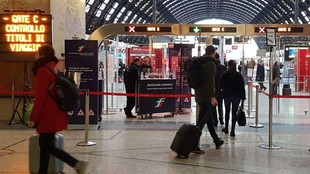 In massa i cittadini che affollano i treni in partenza da Milano per il Sud Italia la nuova fuga senza controlli di sicurezza sanitaria e igienica