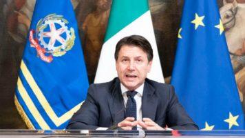 Giuseppe Conte in primo piano in conferenza stampa