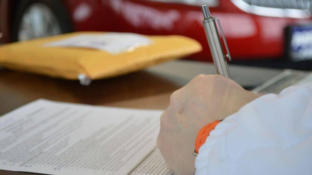 mano che firma un foglio