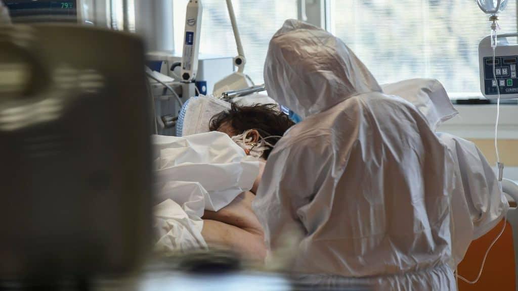 medici che curano un paziente per coronavirus