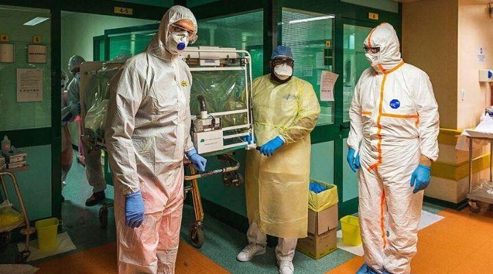 Medici in ospedale con protezioni per coronavirus
