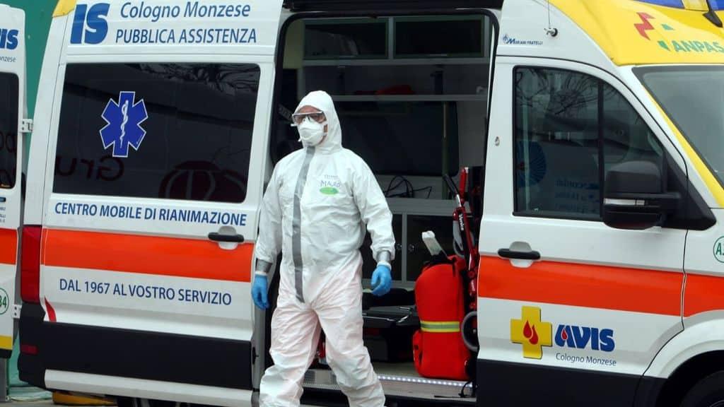 un medico che scende dall'ambulanza