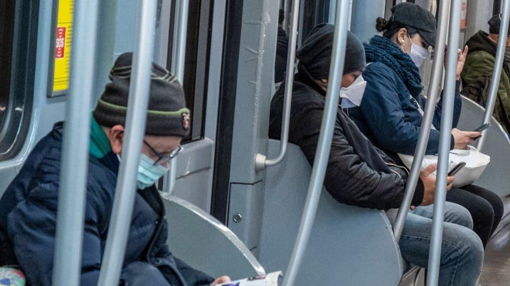persone con la mascherina in metro