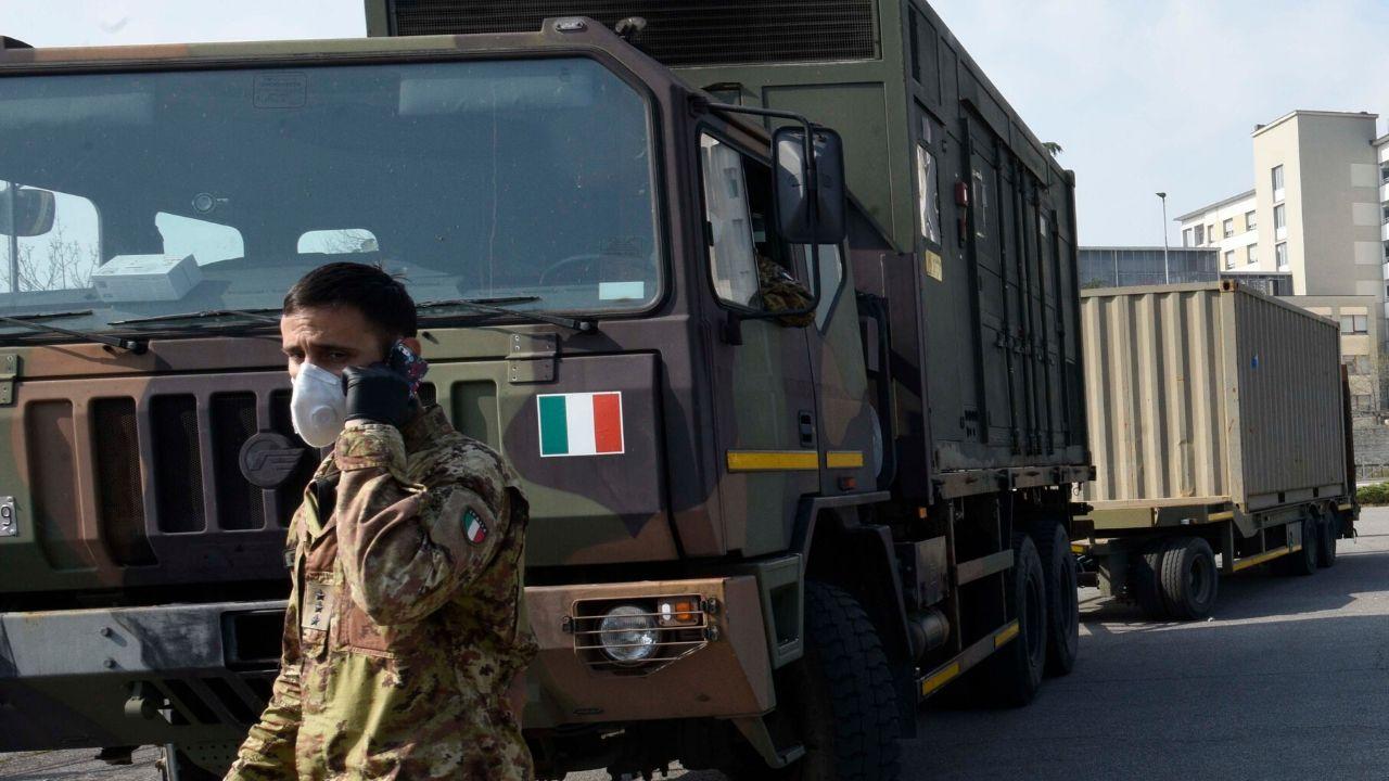 """I mezzi militari portano via le bare con i morti a Bergamo. Nella provincia 88 morti in un giorno, più di 5mila casi totali di Coronavirus. Il sindaco Gori preoccupato : """"Abbiamo sottovalutato la situazione"""""""