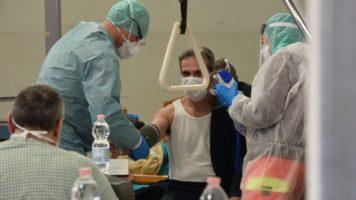 medici che curano pazienti in ospedale per coronavirus