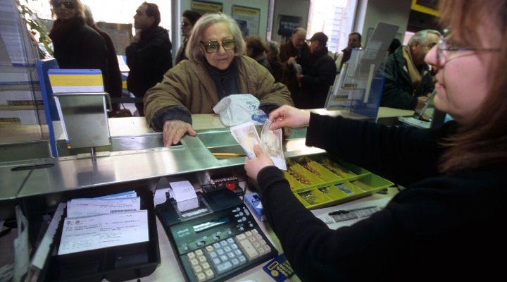 Anziana signora ritira la pensione in Posta