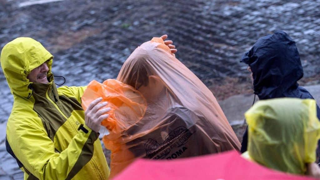 persone bagnate dalla pioggia