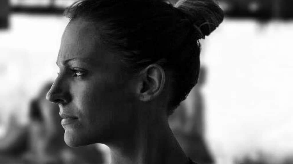 Rebecca Rolle di profilo e in bianco e nero