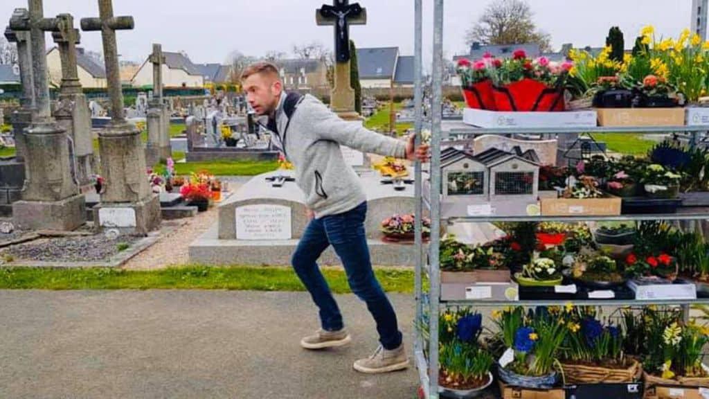 Romain Banliat porta i fiori al cimitero di Plerguer