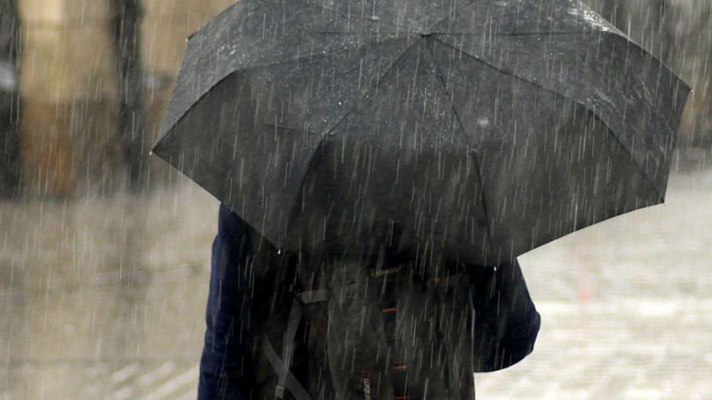 uomo con ombrello