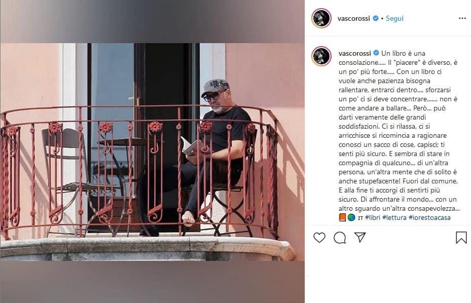 Il post di Instagram con Vasco Rossi seduto sul balcone