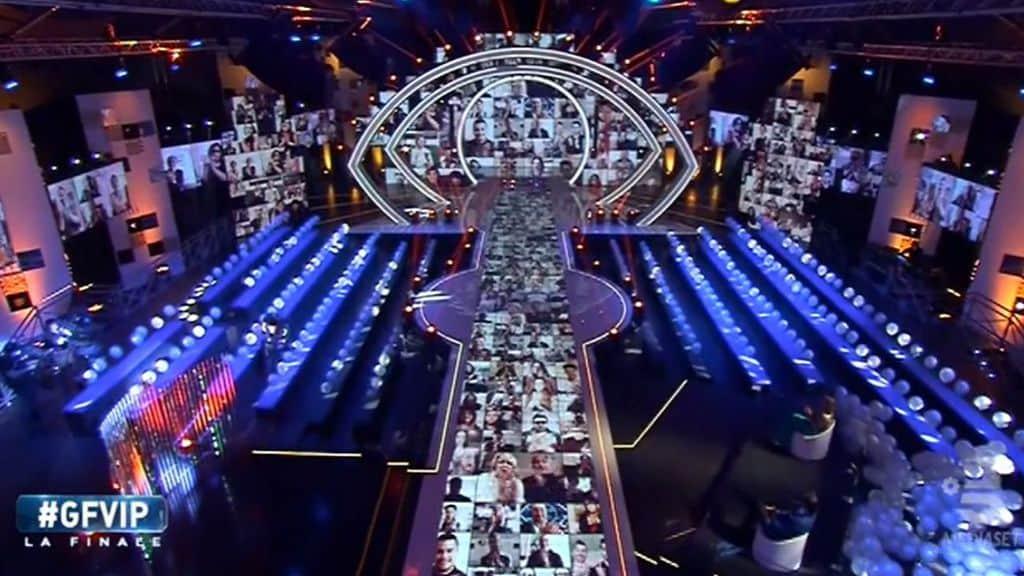 Lo studio del Grande Fratello Vip con il pubblico in streaming proiettato sugli schermi