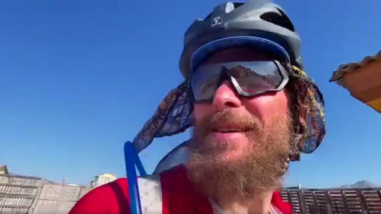 Primo piano Jovanotti in bici lungo la Panamericana