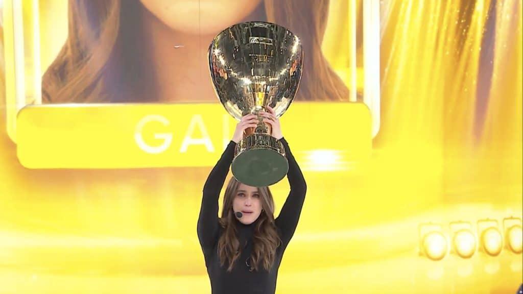 Gaia Gozzi solleva la coppa di Amici