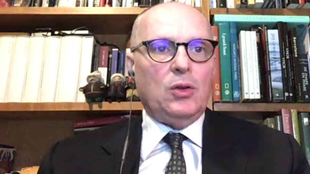 Walter Ricciardi durante un collegamento con Tg5