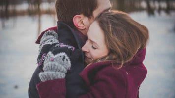Abbraccio tra un uomo e una donna