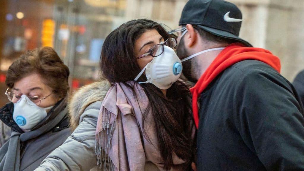 Saluto tra persone con mascherina