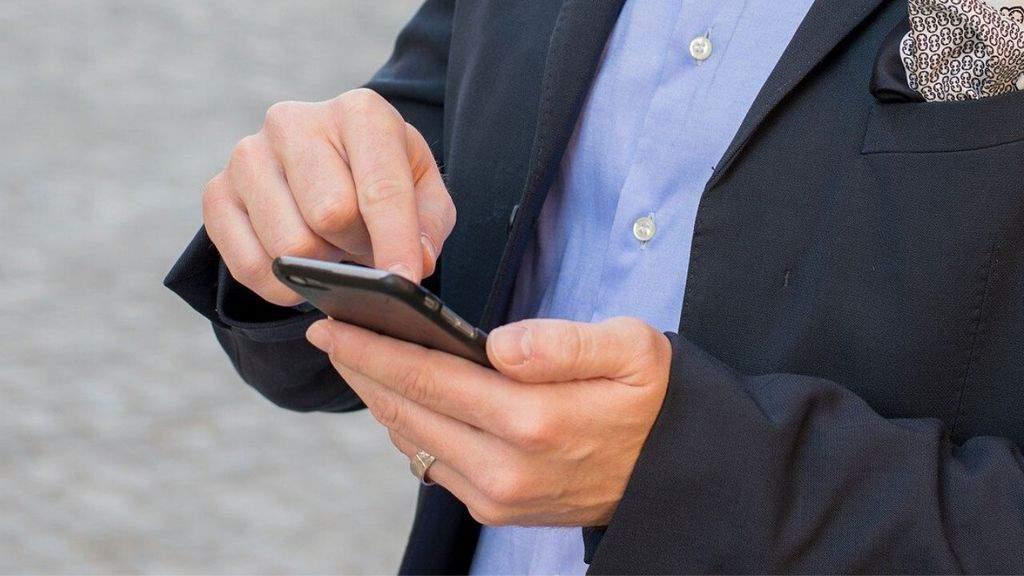Persona con smartphone in mano
