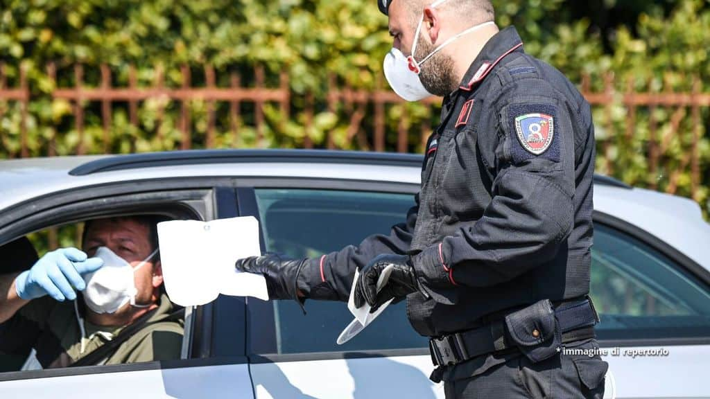Carabinieri controlla un autocertificazione