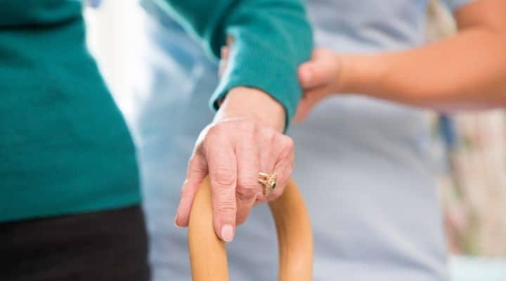 Un'anziana con la badante