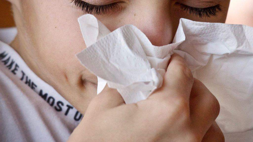bambino che si soffia il naso