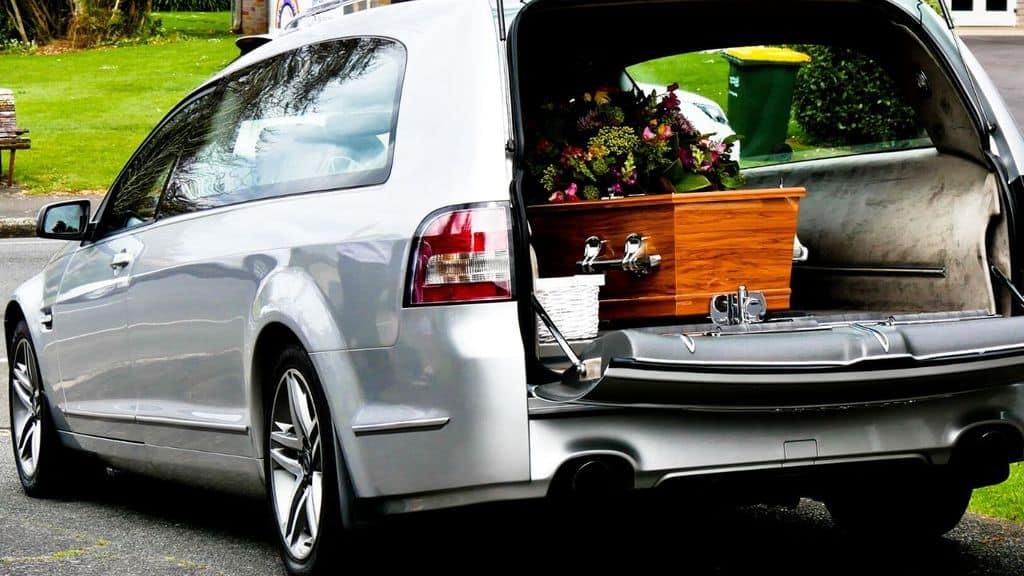 Una bara dentro un carro funebre