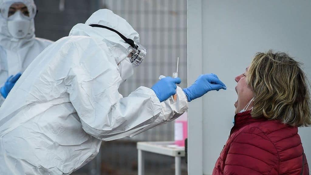 medico effettua un tampone su una paziente