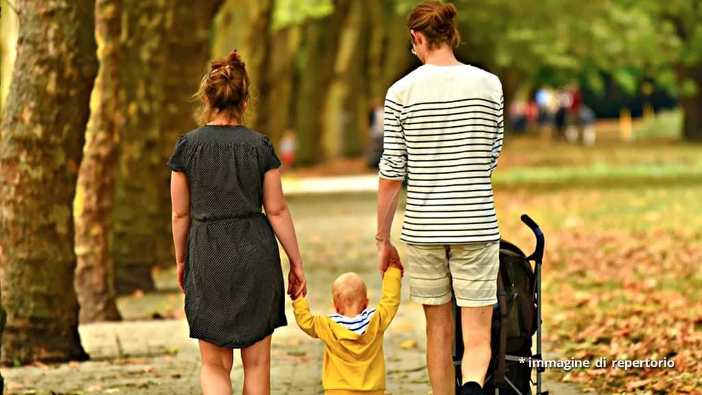 coppia e bambino che camminano