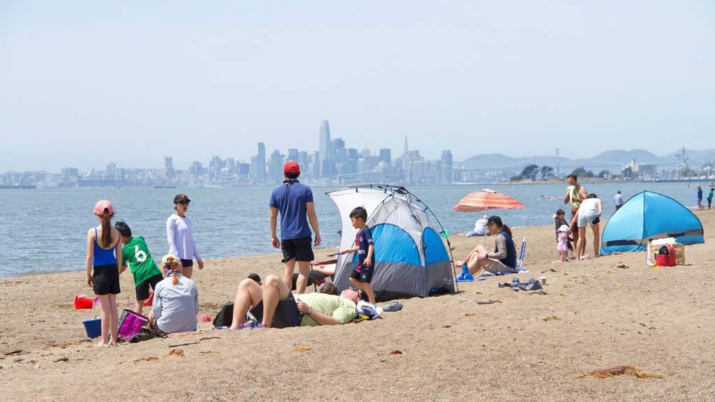 coronavirus spiaggia con persone e caldo