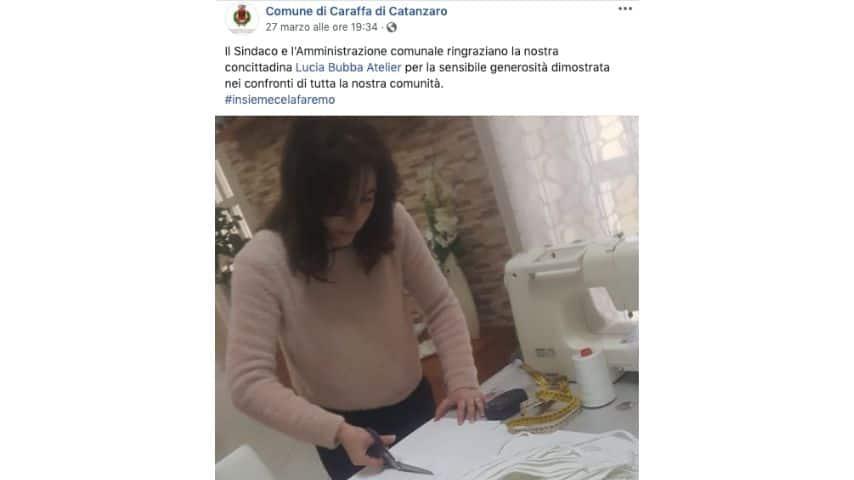 La foto della stilista Lucia Bubba mentre cuce mascherine pubblicata sulla pagina Facebook del comune di Caraffa di Catanzaro