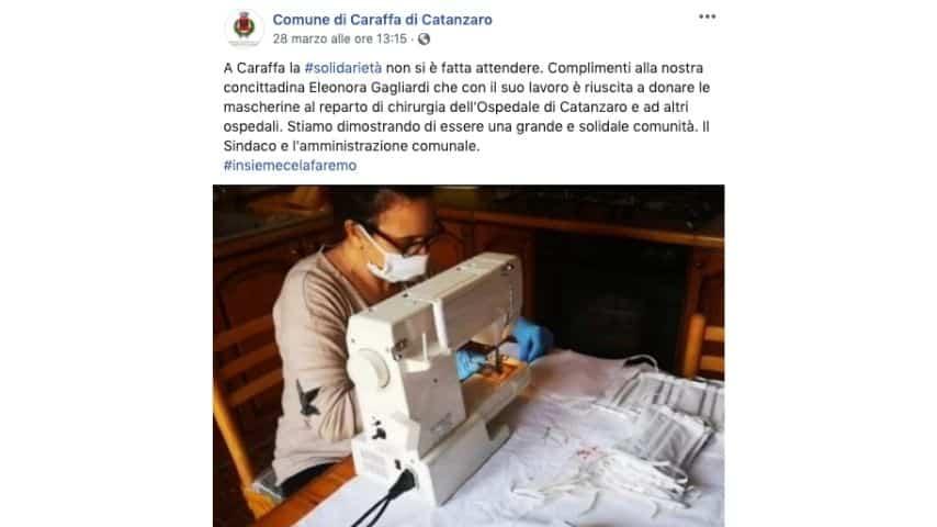 La foto del post su Facebook del comune di Caraffa di Catanzaro che mostra un'altra cittadina intenta a cucire mascherine