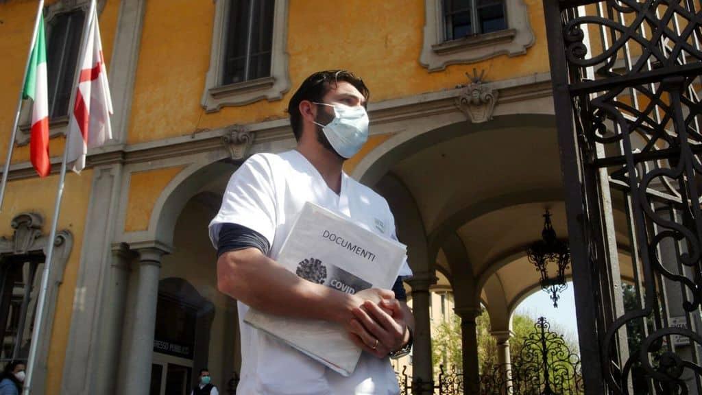 infermiere fuori da un ospedale
