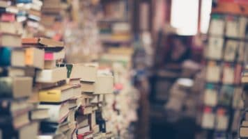 libri dentro una libreria