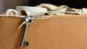 Scatola con oggetti personali dopo un licenziamento