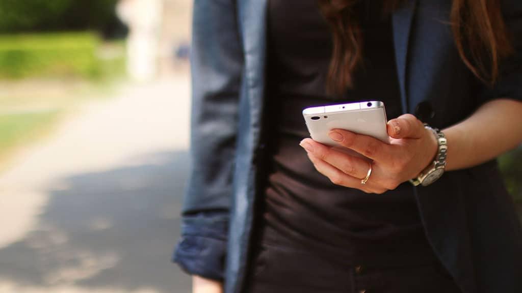mano di ragazza con telefono