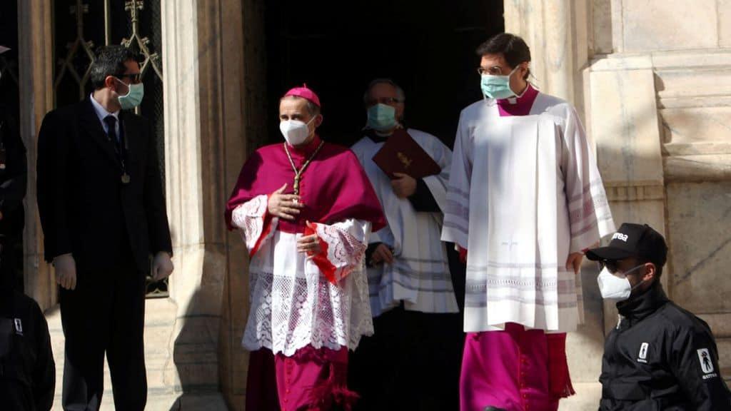 Vescovo e preti con mascherina