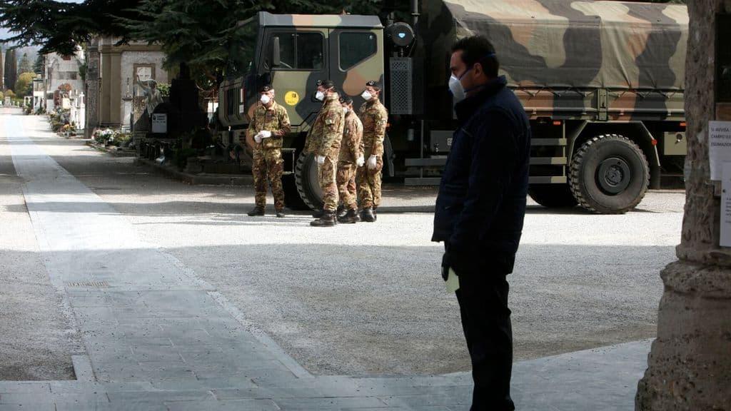 militari nel cimitero di Bergamo per il trasporto delle salme