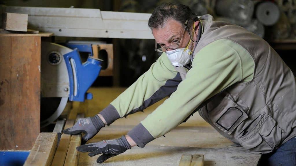 Un lavoratore con mascherina anti coronavirus