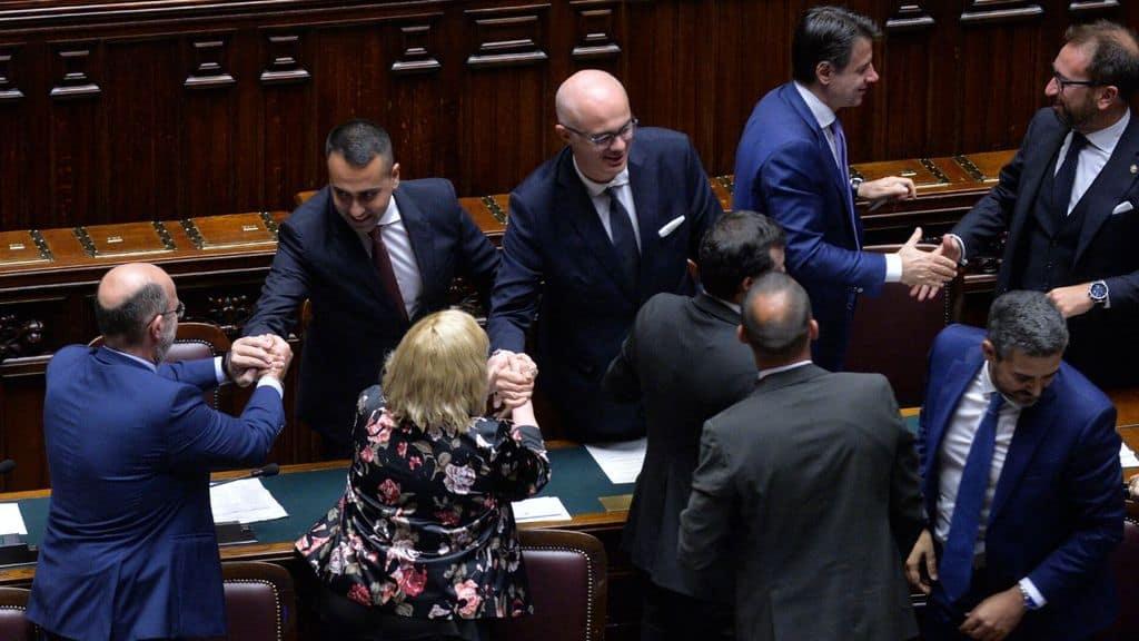 parlamentari in aula stringono mani