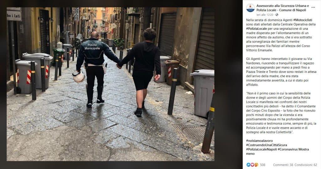 Il post su facebook della polizia locale: l'agente riaccompagna il ragazzo dalla sua famiglia