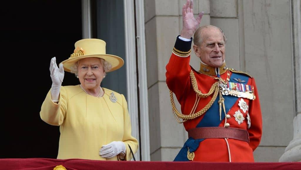 La regina Elisabetta e il Principe Filippo sulla balconata di Buckingham Palace