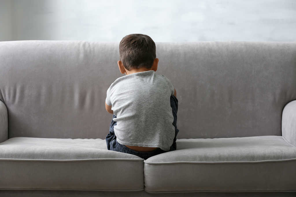bimbo di schiena su divano